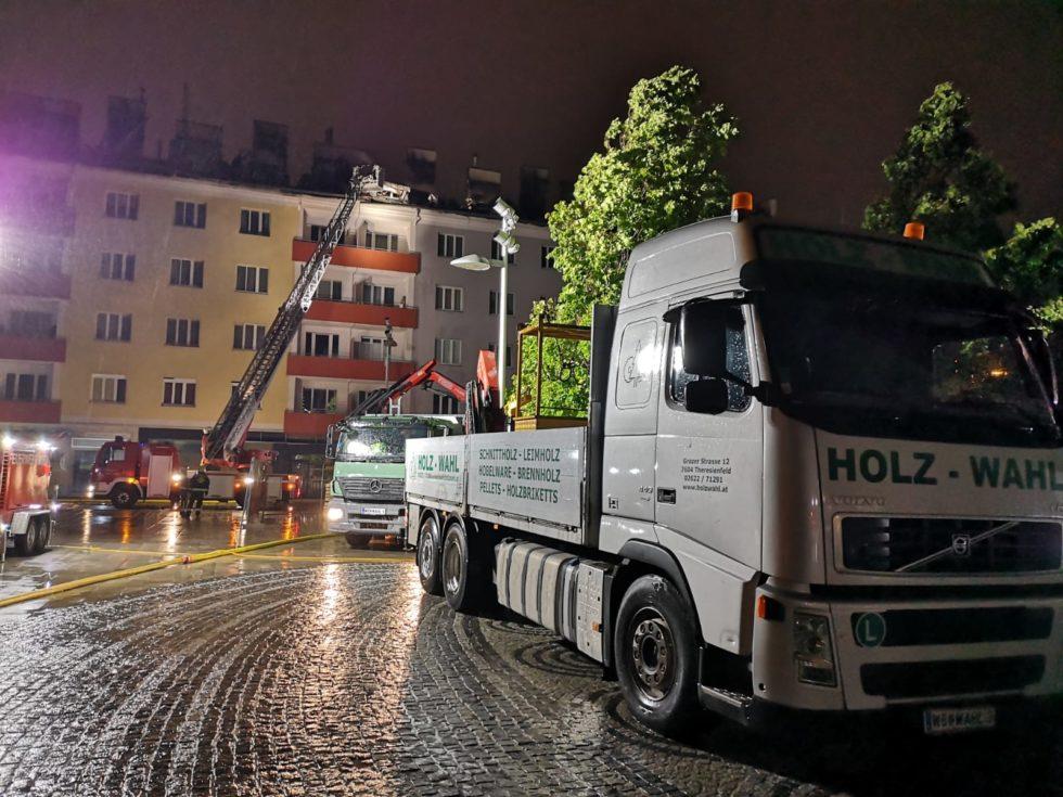 Holz Wahl LKW steht vor Wohnhaus