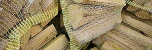 Brennholzstücke in einem Sack