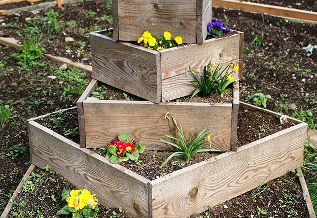 Konstruktion aus Holz für den Pflanzenanbau