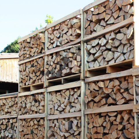Brennholz in Kisten gestapelt