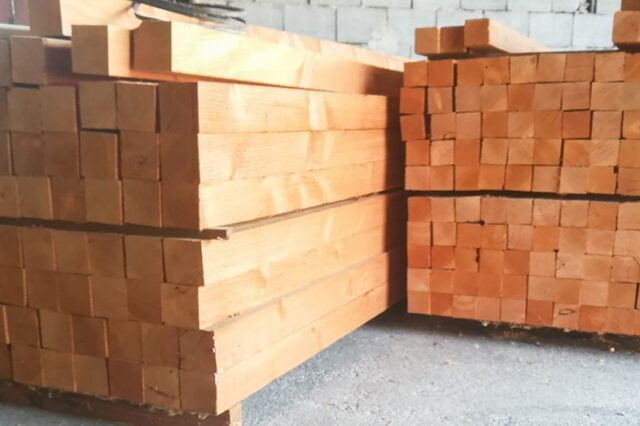 Holzstaffel gestapelt